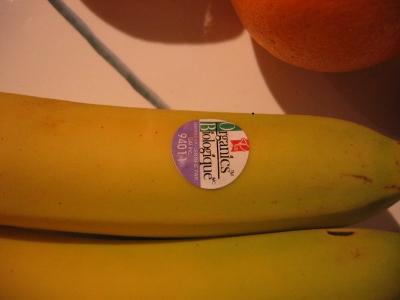 Photo d'une banane sur laquelle on distingue un autocollant sur lequel est inscrit le nombre 94011