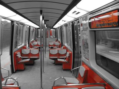 Intérieur d'un wagon du métro de Montréal avec les sièges orange et le reste en noir et blanc