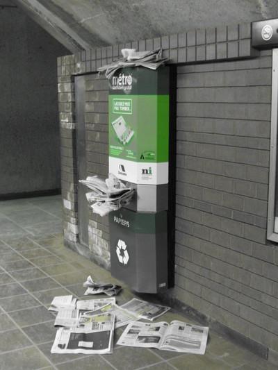 Bac de recyclage vert débordant pour le papier journal