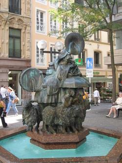 Fontaine sur une place publique du Luxembourg