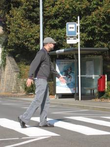 Miguel sur une traverse pour piéton au Luxembourg