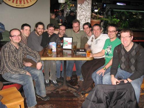 10 garçons autour d'une table