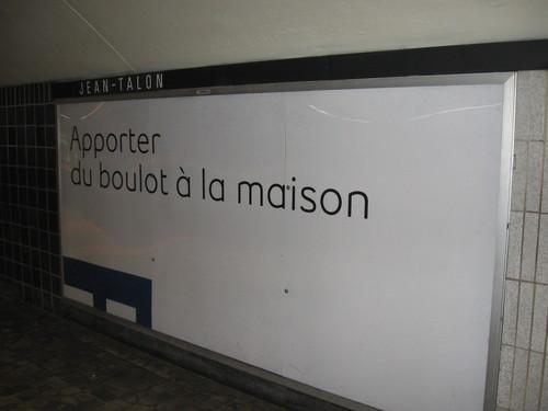 Publicité du métro de Montréal affichant la phrase « Apporter du boulot à la maison »