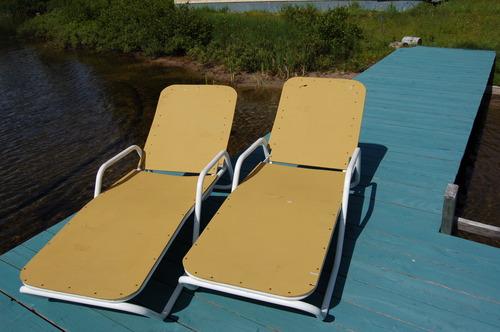 2 chaises pliantes sur un quai