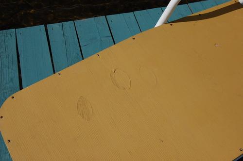 Détail de la chaise pliante où on voit le losange type d'une feuille de contreplaquée