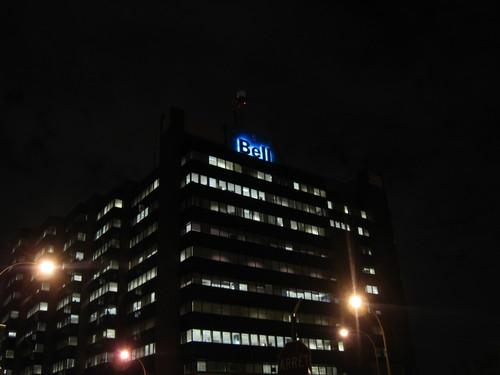 Tour Jean-Talon de nuit. On y voit le logo de Bell illuminé de bleu